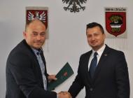 Podpisanie umowy naprzebudowę drogi wHucie Kuflewskiej